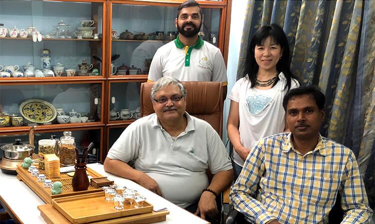 ロチャンファミリー、茶園オーナーと指田の写真
