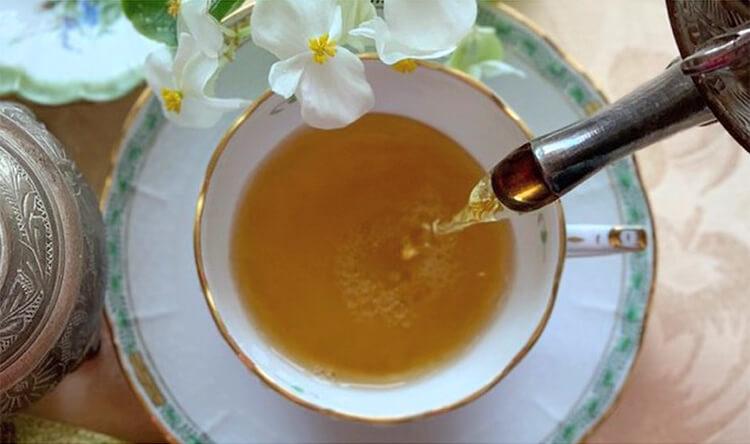 ダージリン紅茶をカップに注ぐ写真